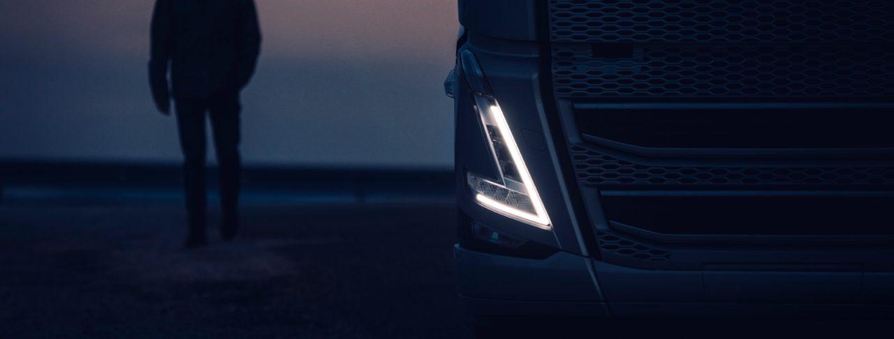Volvo-lastebil v-formet lys